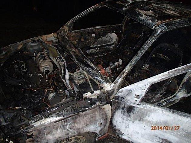 Škodu ve výši 15 tisíc korun za sebou zanechal pondělní ranní požár osobního vozidla ve Slavěticích na Třebíčsku.