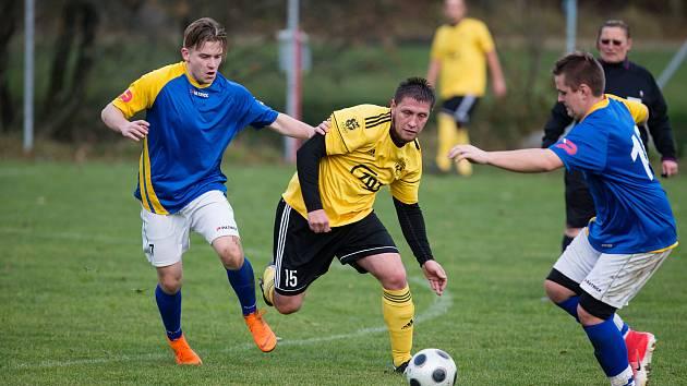 Fotbalisty Jaroměřic nad Rokytnou (v modrých dresech) mohlo mrzet, že se první polovina letošní sezony nedohrála.