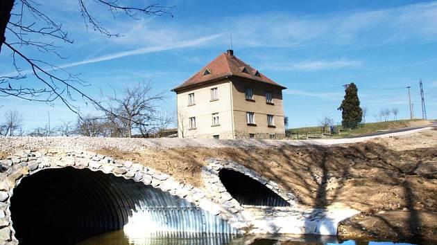 Most v novém. Most u Dalešic je nejen opravený, ale také rozšířený.