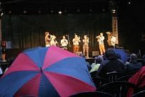 Jubilejní třicátý ročník Folkových prázdnin v Náměšti nad Oslavou zahájila rakouská skupina Federspiel.