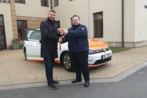 Předávání vozu. Ivo Novotný a Jiří Němec.