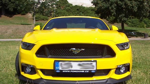 Žlutý Ford Mustang 5.0 GT 2015 bývá k vidění v Třebíči.