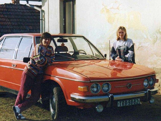 Třebíčská Tatra 613 v netradiční červené barvě na archivním snímku z devadesátých let.