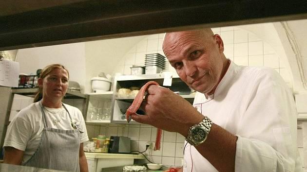 Kuchař Zdeněk Pohlreich vařil v hostinci U Dubu.