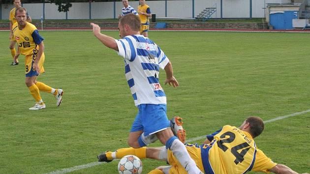 Útočník Matúš Minarech (v modrobílém) se v létě do jihlavského kádru neprosadil. Teď centrem na druhý znojemský gól pomohl vyřadit favorita z Ondrášovka Cupu.