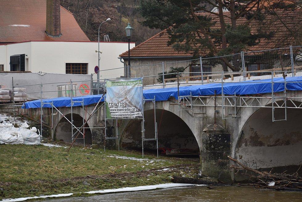 Rekonstrukce barokního mostu se přesunula do druhé poloviny.
