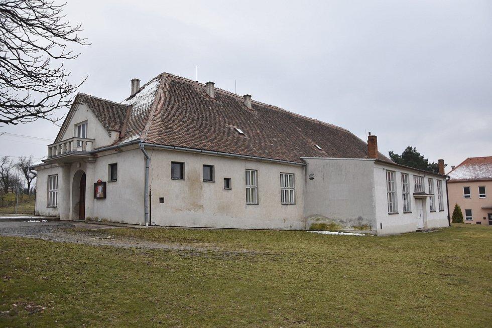 Obec má připravený projekt na rozsáhlou rekonstrukci sokolovny, která by v obci měla sloužit jako kulturní dům.