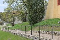 K ledárně se lidé dostanou také zámeckým příkopem, kterým povede nově vybudovaná mlatová cesta.