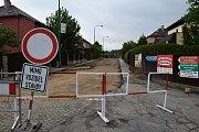 Na opravě Řípovské a Seifertovy ulice dělníci pracují od počátku léta.