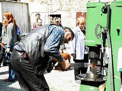 Šperky, plastiky, netradiční dopravní prostředky, ale i středověké mučící nástroje – taková byla letošní směsice exponátů, které mohli o víkendu na několika místech v Náměšti nad Oslavou spatřit návštěvníci akce Setkání 5.