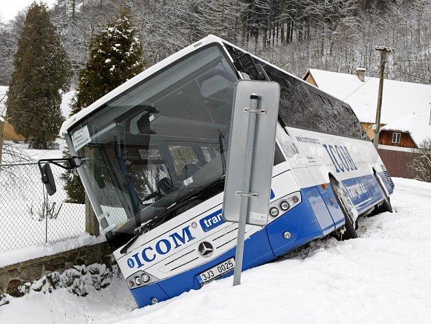 Ve strouze skončil svoji jízdu autobus linky Jihlava - Bransouze.