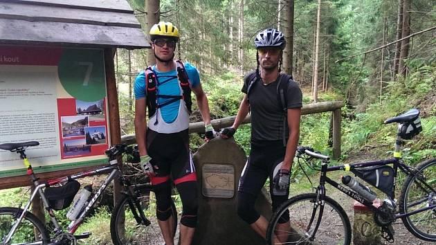 Štěpán Dvořák (vlevo) a Tomáš Švaříček (vpravo) se z nejzápadnějšího do nejvýchodnějšího bodu České republiky dostali za 35 hodin a 5 minut. Ujeli 614 kilometrů s převýšením 5200 metrů.