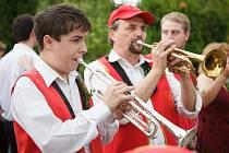 I dechovka, stejně jako jiné hudební žánry, s sebou nese pozitiva i negativa pro ty, kteří se jí věnují. Velkou časovou náročnost a trpělivost při cvičení však prý plně vynahrazuje zážitek z vystoupení a radost posluchačů.