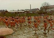 Na značky! Dívky se při spartakiádě v roce 1985 brodily bahnem.