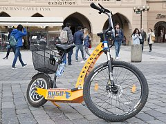 Například takovéto elektrokoloběžky nabízí turistům v Praze.