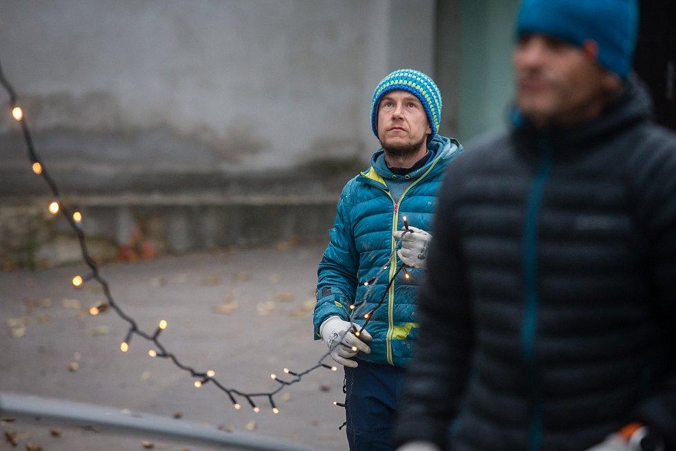 Instalace vánočního osvětlení v Třebíči.