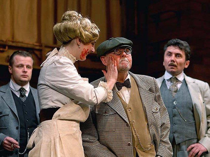 Nová dramatizace Hrabalovi novely Postřižiny se po téměř třiceti letech vrací do kraje svého vzniku, tentokrát v divadelní podobě.