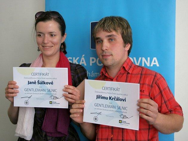 Za záchranu lidského života byli v Třebíči oceněni hned tři zachránci. Za svůj čin obdrželi certifikáty s vyznamenáním a chytré mobilní telefony Jana Šálková a Jiří Krčál. Třetí zachránce, Michal Lukšíček, se předávání zúčastnit nemohl.