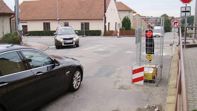 Křižovatku v Kralicích doplňují zákazové značky i semafory.