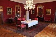 Na zámku v Náměšti opět lidé můžou zavítat do královského apartmánu. Uvidí toho víc než loni. Například hostinskou jídelnu v plném lesku.