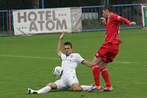 Fotbalisté HFK Třebíč (v červeném) drželi v poháru krok s ligovou Zbrojovkou Brno téměř čtyřicet minut. Poté se ale favorit dvakrát prosadil a utkání zcela ovládl.
