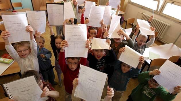 Školní rok je v poločase. Děti dostávaly vysvědčení.