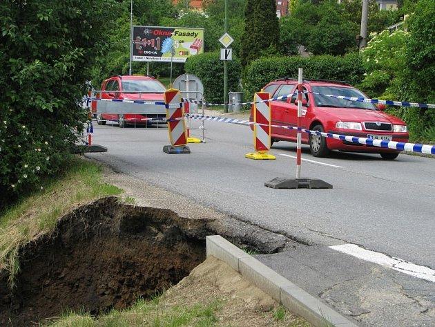 Silný déšť vymlel kráter v silnici. Dva vodní proudy se potkaly v křižovatce ulic Velkomeziříčská a Samešova v Třebíči, kde přetekly silniční krajnici do přilehlého svahu.