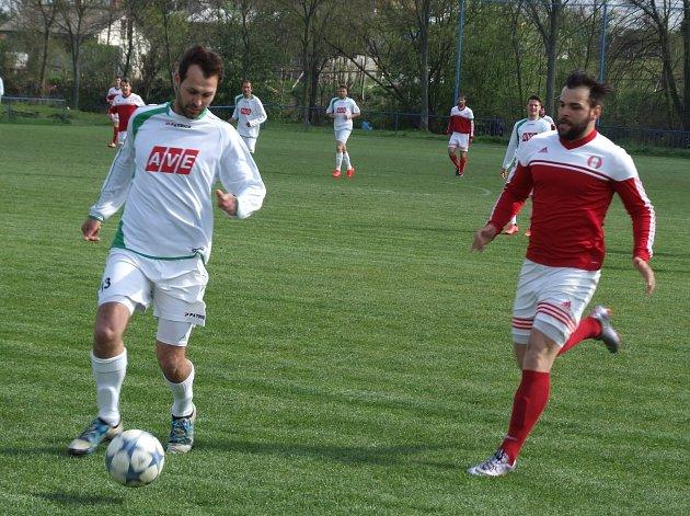 Poslední Jemnicko (v červeném) čeká domácí derniéra v Krajském přeboru s Velkým Meziříčím B. Zachráněné Jaroměřice (u míče) zavítají k sousedskému derby do Moravských Budějovic, které se také se soutěží loučí.