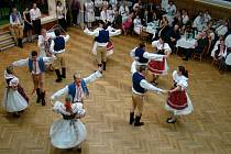 Taneční soubor z Březníku oslavil v tamní sokolovně 60 let od svého založení. Na parketách se v několika tanečních vystoupeních vystřídaly nejstarší členky souboru, vdané ženy i svobodné páry.