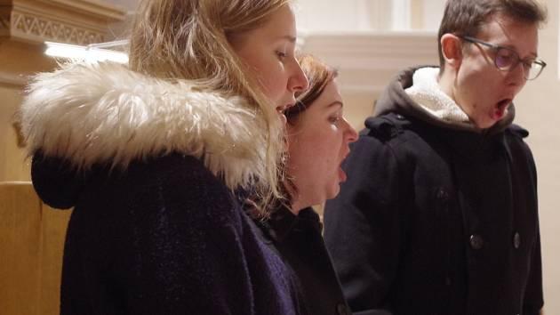 Trio ve složení Lucie Nováková, Anna Bouchalová a Lukáš Finda při zpěvu francouzské lidové písně Andělé.