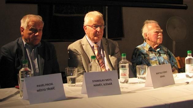 Na premiéru dokumentárního filmu přijeli také (zleva) scénárista a autor stejnojmenné knihy Stanislav Motl a dva ze zachráněných dětí z bloku číslo 66 Naftali Ďuro Fürst z Izraele a Pavel Kohn z Německa.