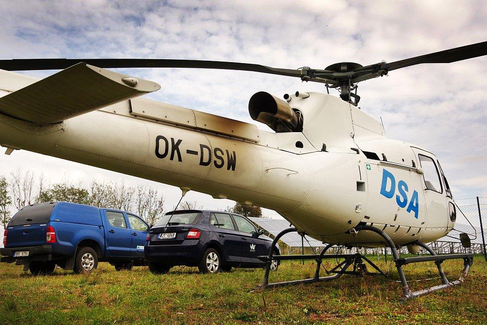 Vrtulník odnášel trubky na nedaleké pole, odkud nabíral nové. Šlo o dokonalou souhru bez zbytečných prostojů.