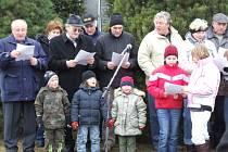 V Markvarticích na Třebíčsku se lidé na Štědrý den odpoledne sešli a zazpívali si společně koledy.