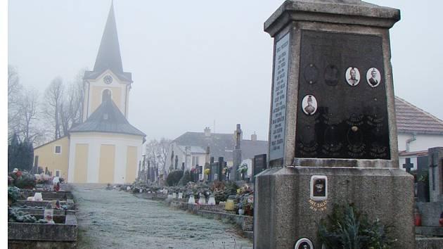 Pomník na hřbitově v Trnavě.