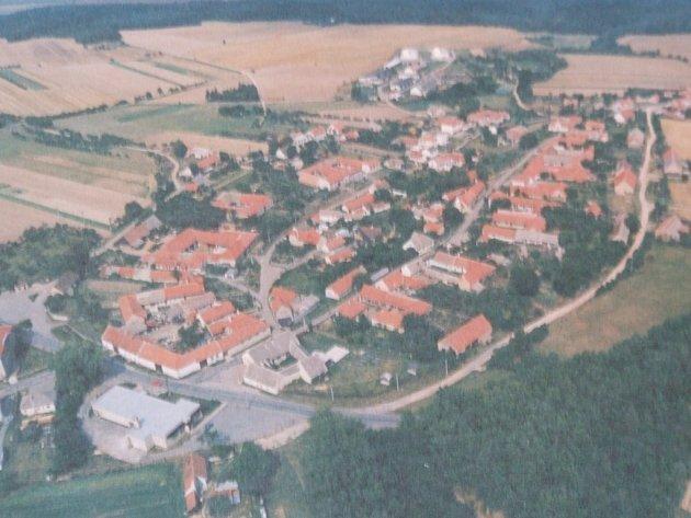 Zde bude možná stát nové moderní hřiště. Obec Sedlec chce stavět hřiště. Má peníze, ale pozemek jí nepatří. Je armády.