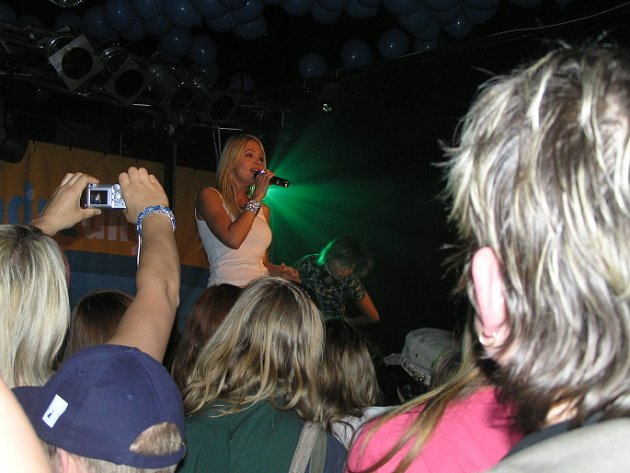 Poprvé ve své kariéře zazpívala Dara Rolins ve Žďáře nad Sázavou. Byla hostem Megakoncertu v Bowling clubu Max, jehož výtěžek jde na výstavbu hřiště.