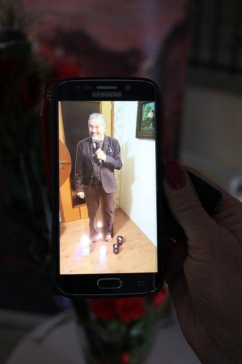 Dojatí fanoušci Karla Gotta přicházejí uctít jeho památku na pietní místo, které je v Třebíči na radnici. Jana Mašková má v mobilu fotografii Mistrovy makety, kterou dostala k narozeninám. Teď u ní hoří svíčky.