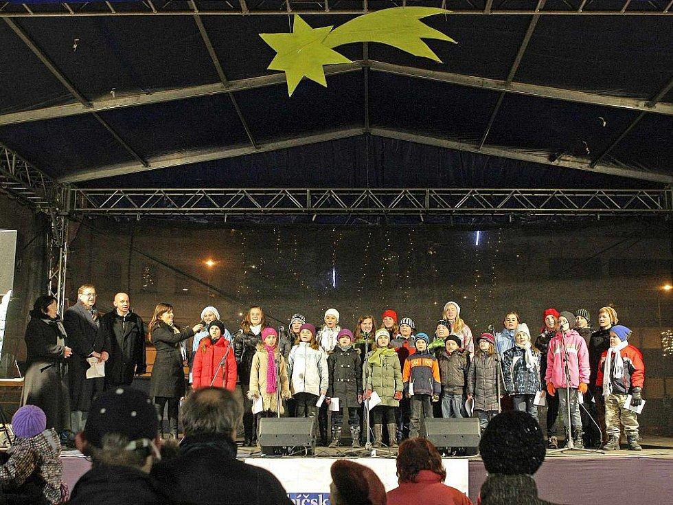 Koledy se ve středu v 18 hodin zpívaly i v Třebíči. Na Karlově náměstí se k pěveckému sboru Slunko připojilo na dvě stě příchozích.