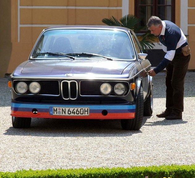 Majitelé automobilových veteránů si dali v úterý dostaveníčko na zámku v Jaroměřicích nad Rokytnou. Během dopoledne zaplnilo nádvoří barokního skvostu Vysočiny celkem pětadvacet aut různého stáří.