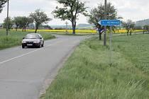 Okříšky zatěžuje kamionová doprava. Městysem projíždějí auta do průmyslové zóny u Přibyslavic a Nové Vsi.