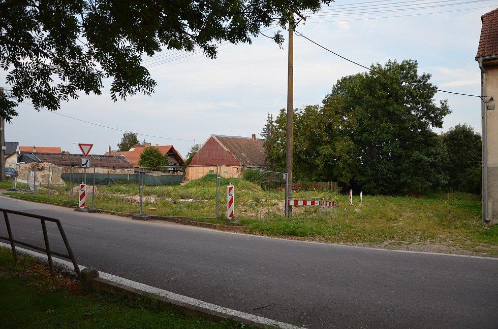 Místo, kde by v budoucnu mohla vzniknout nová ulička s několika parcelami pro rodinné domky