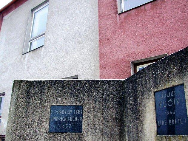 Na pamětních deskách před šebkovickou sokolovnou se sešli Fučík, Fügner a Tyrš. Ves má 460 obyvatel.