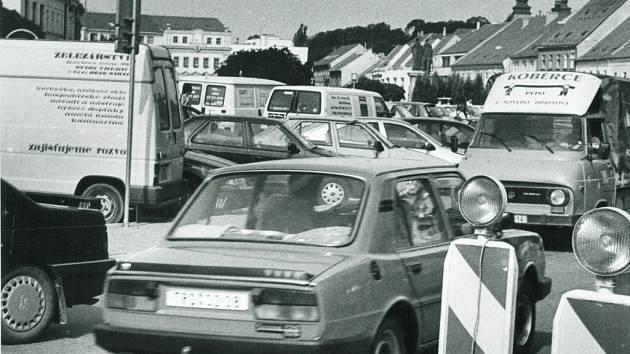 Devadesátá léta byla také ve znamení narůstající osobní dopravy. Základní typ automobilu Škoda Favorit LX s katalyzátorem stál v roce 1993 190 tisíc korun, vůz Škoda Forman GLX Silver Line stál téměř 300 tisíc.