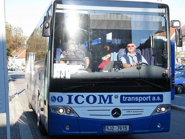 Ze zastávky linek číslo 12 a 31 na Karlově náměstí vyjíždí každý všední den autobusy s označením N. Vezou cestující k nemocnici.