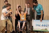 Martínek Němec z Dukovan a Tomáš Čadek z Plzně v doprovodu svých rodičů převzali šeky na finanční částky, které jsou potřebné pro nákup zdravotních pomůcek určených právě pro ně.