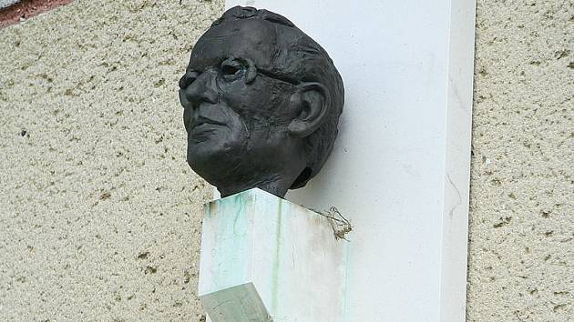 Jeden z nejvýraznějších českých básníků 20. století pocházel z Mastníku