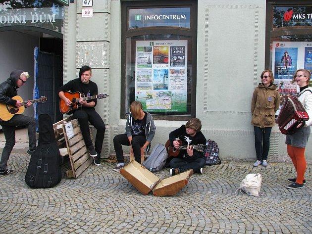 Muzikanti a zpěváci v ulicích Třebíče.