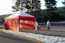 Od prvního dubna se k odběrovým místům u jihlavské a brodské nemocnice přidal odběrový stan v Třebíči, který bude v provozu od sedmi ráno do pěti odpoledne ve všední dni a od osmi do jedné o víkendech.
