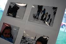 V třebíčské nemocnici vystavují fotky dětí z komunitního centra Klubíčko.
