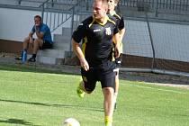 Vedoucí Dukovany (u míče) Marek Jašek) dnes hostí druhou rezervu Velké Bíteše.